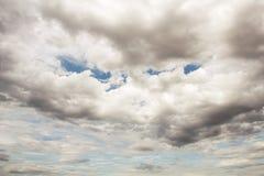 dunkle Regenwolken auf dem Himmel Lizenzfreie Stockbilder