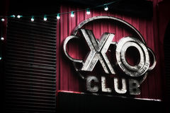 Dunkle rosa elektrische Nachtklubzeichenbeschriftung: xo Verein Nachtleben in einem Striptease-Club Lizenzfreies Stockbild