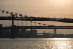 Dunkle Schattenbilder von Abschnitten von Brooklyn-, Manhattan- und Willamsburg-Brücken Lizenzfreie Stockfotos