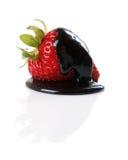 Dunkle Schokolade deckte Erdbeere ab Lizenzfreie Stockbilder