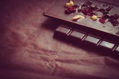 Dunkle Schokolade in den Stangen Stockfotos