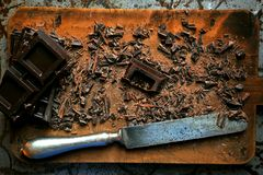 Dunkle Schokolade gehackt auf einem hölzernen Brett stockfotos