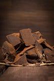 Dunkle Schokolade mit Kakao auf Tabelle Stockfotos