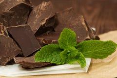 Dunkle Schokolade mit Minze Lizenzfreie Stockfotos