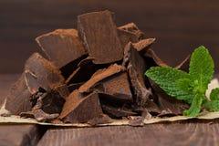 Dunkle Schokolade mit Minze Lizenzfreies Stockfoto