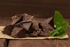 Dunkle Schokolade mit Minze Stockbild