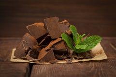 Dunkle Schokolade mit Minze Lizenzfreie Stockbilder