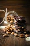 Dunkle Schokolade mit Muttern Stockfotografie