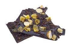 Dunkle Schokolade mit Muttern und Frucht stockfotos