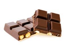 Dunkle Schokolade mit Nüssen auf Weiß Lizenzfreie Stockbilder