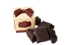 Dunkle Schokolade und Geschenkbox Stockfoto