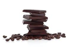 Dunkle Schokolade und Kaffeebohnen Stockfotos