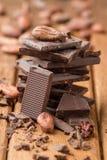 Dunkle Schokolade und Kakaobohnen Lizenzfreie Stockfotografie