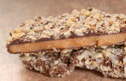 Dunkle Schokoladen-englisches Toffee mit Pekannuss unts Stockfoto