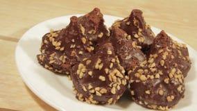Dunkle Schokoladenkekse mit empfindlicher Füllung stock video footage