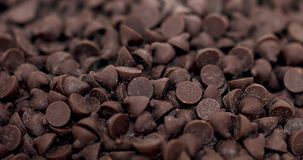 Dunkle Schokoladensplitter, drehender Makroschuß stock footage