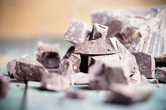 Dunkle Schokoladenstücke, Praline, Kakao Lizenzfreies Stockfoto