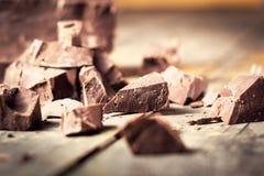 Dunkle Schokoladenstücke, Praline, Kakao Mit dem Tonen Stockfotos