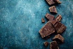 Dunkle Schokoladenstücke zerquetscht auf einem dunklen Hintergrund stockfoto