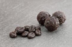 Dunkle Schokoladentrüffeln mit Kaffeebohnen Lizenzfreie Stockfotos
