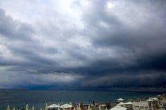 Dunkle schwere Wolken bedeckten den Himmel Stockfoto