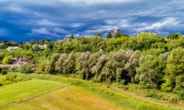Dunkle schwere Wolken warnen vom Sturm, der über Feld kommt Lizenzfreie Stockfotos