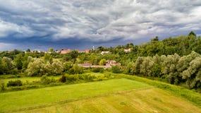 Dunkle schwere Wolken warnen vom Sturm, der über Feld von Fagnano Olona kommt Stockfotografie