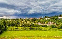 Dunkle schwere Wolken warnen vom Sturm, der über Feld von Fagnano Olona kommt Lizenzfreies Stockbild