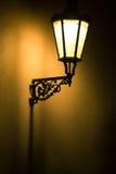 Dunkle schwermütige Abbildung der alten Lampe ein Stockfotografie