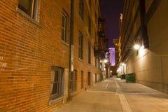 Dunkle städtische Gasse stockfotografie