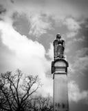 Dunkle Statue einer Frau auf einem Kirchhof Stockfoto