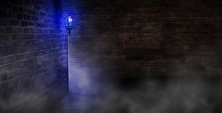 Dunkle Straße der alten Stadt mit einer großen Laterne, einer Nachtansicht, alten Backsteinmauern, einem dunklen düsteren Hinterg lizenzfreies stockbild