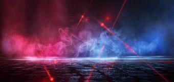 Dunkle Stra?e, Reflexion des Neonlichtes auf nass Asphalt Strahlen hellen und roten Laserlichts in der Dunkelheit lizenzfreie stockbilder