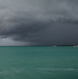Dunkle Sturm-Wolken über dem Ozean in Aruba Lizenzfreies Stockbild