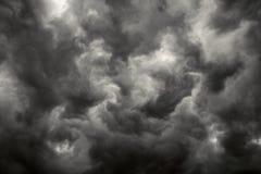 Dunkle Sturmwolken. Stockfoto