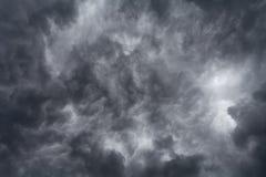 Dunkle Sturmwolken auf Himmel stockbild