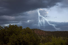 Dunkle Sturmwolken mit Blitz Stockbilder