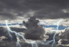 Dunkle Sturmwolken mit Blitz Lizenzfreie Stockfotos