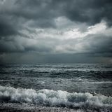 Dunkle Sturmwolken und -meer Stockfotos