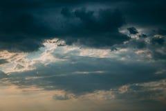 Dunkle Sturmwolken und -Sonnenstrahlen lizenzfreie stockfotos