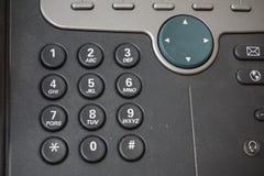 Dunkle Telefonskalaknöpfe des Festnetztelefons rufen mit Zahlen zusammen mit einer Schnellwahl über ihnen an lizenzfreie abbildung