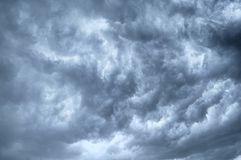 Dunkle threatenings Wolken Lizenzfreie Stockfotografie