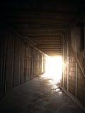 Dunkle tiefe Grube mit Leuchte. lizenzfreie stockfotos