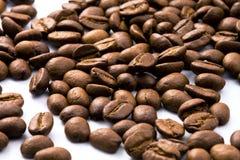 Dunkle und glänzende gebratene Kaffeebohnenahaufnahme Lizenzfreies Stockfoto