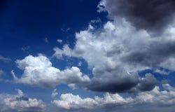 Dunkle und helle Wolken Stockfotos