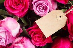 Dunkle und hellrosa Rosen auf Tabelle Lizenzfreie Stockfotos