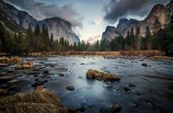 Dunkle und kalte Tal-Ansicht Lizenzfreies Stockfoto