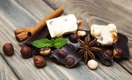 Dunkle und weiße Schokolade mit Nüssen Stockbilder