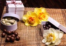 Dunkle und weiße Schokoladennüsse Stockfoto