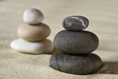 Dunkle und weiße Stapel von ausgeglichenen Steinen Stockfoto